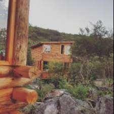 Cabañas de tronco y piedras