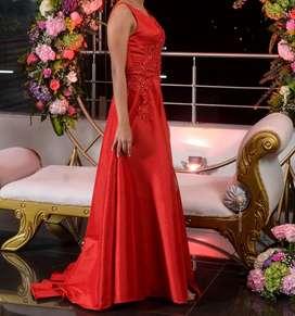 Vendo  hermoso vestido  de graduación largo rojo