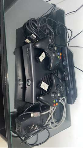 VENDO XBOX 360 CON DOS CONTROLES. BUEN ESTADO. PREGIO NEGOCIABLE