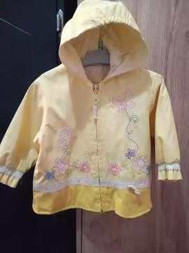 Se vende chaqueta usada de niña, talla 18 meses.