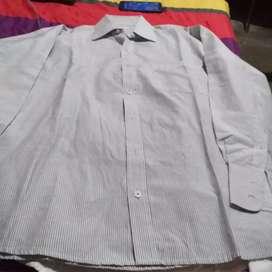 Se venden 2 camisas hombre marca alberto vo5  en 10 mil pesos buen estado