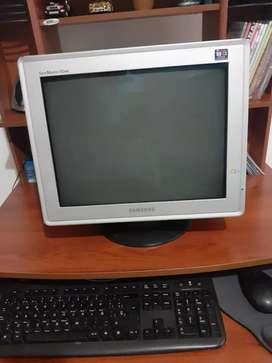 Vendo computador de escritorio Samsung de segunda mano en buenas condiciones.