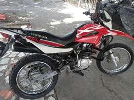 Vendo moto honda roja y blanco silindro nuevo y de más accesorios de motor buen estado