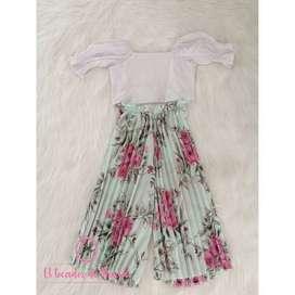 Conjunto Blusa Blanca/Pantalón Plisado Flores