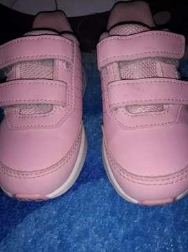 Vendo hermosa sapatillita de nena adidas talle 23 24