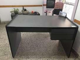 dos escritorios  de madera con dos cajones