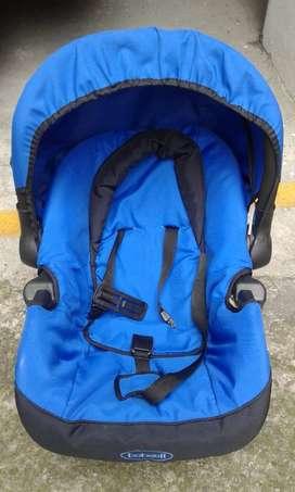 Hermosa silla de bebé para el carro como nueva