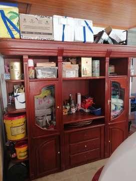 Mueble madera pura y maciza, amplio y con buena capacidad
