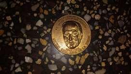 vendo antigua medalla a  Víctor Raúl Haya de la Torre