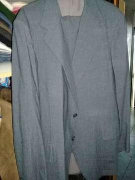 traje gris usado muy delicado