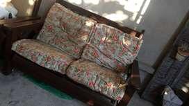 Juego sillón de dos cuerpos+ 2 sillones de un cuerpo todos con sus almohadones.