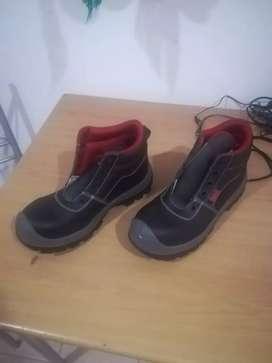 Se venden botas para trabajo pesado