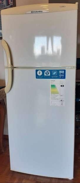 Heladera con freezer Columbia modelo HTF 2294