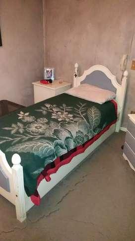 Cama  Laqueada mas cama carrito debajo de la misma.