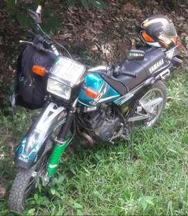 Vendo moto dt 125 por poco uso