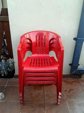 Vendo 4 sillas plásticas usadas