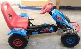 Carrito a pedal para niños. Semi nuevo