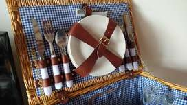 Canasta para picnic con vajilla para 4 personas