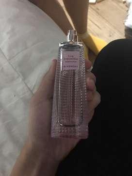 Perfume  givenchy a la mitad