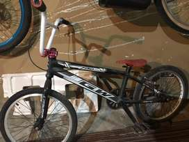 Bicicleta para bmx en optimas condiciones como nueva 9 de 10 vendo o cambio por iphone 7