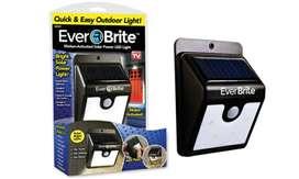 Lampara Exterior EverBrite Energía Solar Con Sensor De Movimiento