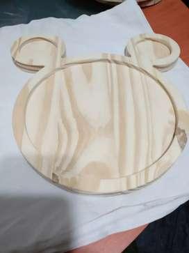 Una forma de madera un plato de forma de gisney