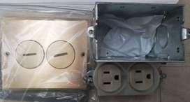 Toma doble tamper resistant 15A 125V en caja para piso LEVITON