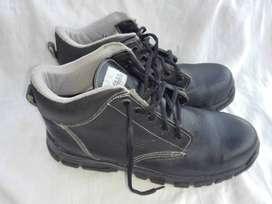Ofrezco botas industriales con punta de metal y dieléctricas.