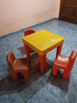 Mesa con Tres Sillas