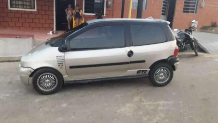 Se vende carro twuingo o se permuta con moto rseguro y cda nuevo rodamiento nuebo 0