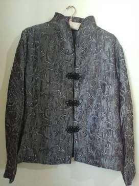 Saco de fiesta seda arrugada gris entallado con alamares negros y cuello mao. Envío gratis!