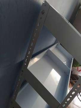 Percha metálica de color blanco NUEVA. Ideal para exhibición gracias a sus compartimentos con declive.