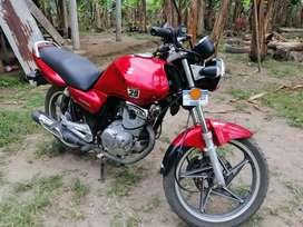 Vendo moto suzuki todo original enllantada precio 1350$ solo persona serias.