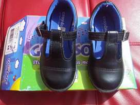 Se venden zapatos colegial niña talla 25