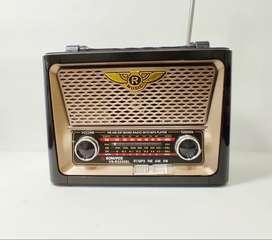 Radio Multifuncional, linterna, reproductor de música. Recargable con energía solar y corriente