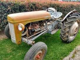 Tractor antiguo clásico de colección