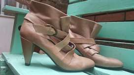 Preciosas botas de dama Nuevas, en cuero color Beige con trabajos de cintas y hebillas, Marca CREDO Nº 38