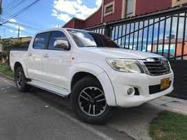 Toyota Hilux 4X4 2014 con varios extras estado impecable