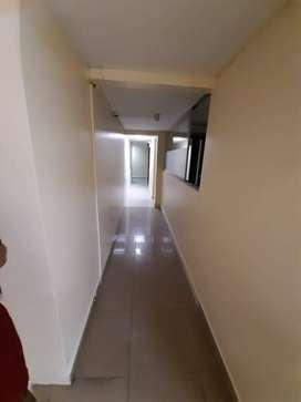 Rento oficina 150mts2, varios ambientes, Sector Amazonas y Juan de Azcaray