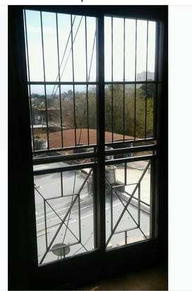Marco de puerta balcon de hierro y sus ventanas