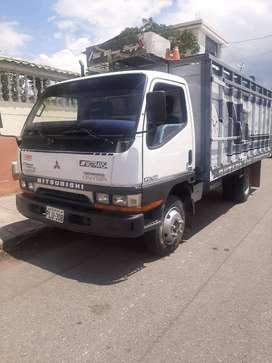Camión Mitsubishi  año 2005 kilómetros 300 toneladas 4.5 papeles al día a toda prueba  valor 13200
