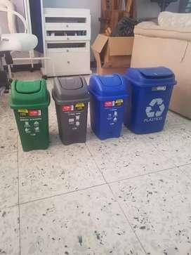 Botes reciclables para basura.
