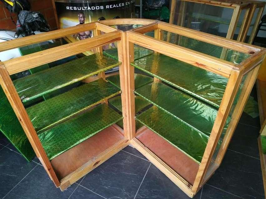Se venden vitrinas en madera 0
