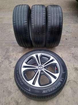 Vendo aros 17 de Kia  cerato con llantas Michelin
