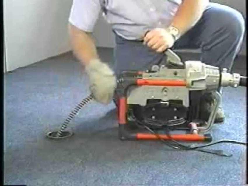 Plomeros destape de cañerías con sonda eléctrica americana industrial.