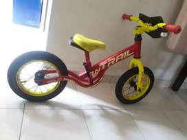 Bicicleta de enseñanza para niño entre los 3 y 5 años.