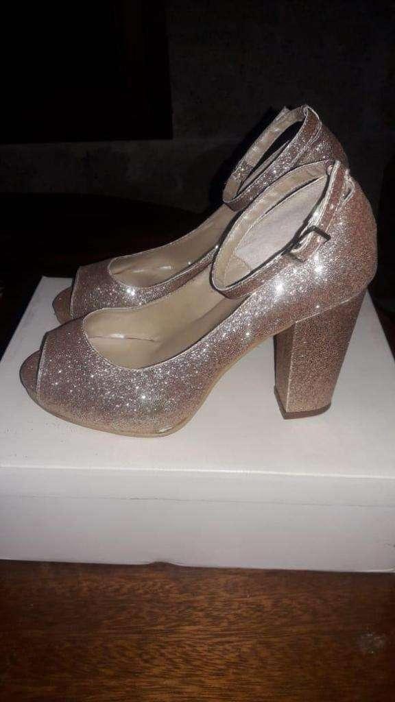 Zapatos de fiesta dorados mujer 0