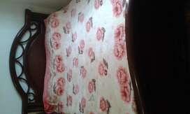 Hermosa cama doble en Cedro Macizo .
