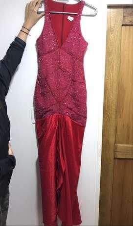 Vestido de noche rojo, largo y brillante