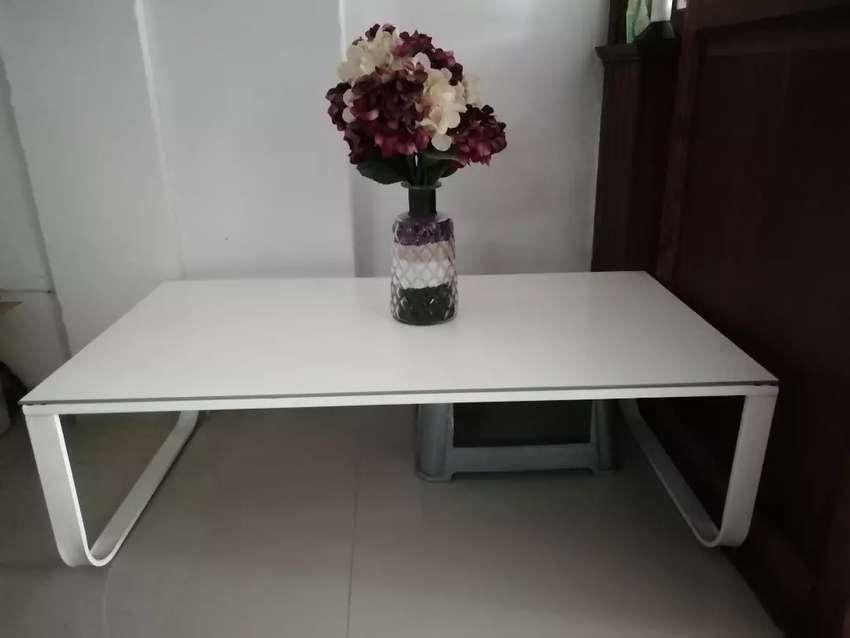 Mesa de sala con florero todo como Nuevo